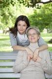 Mère et descendant sur la promenade image libre de droits