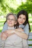Mère et descendant sur la promenade Photo libre de droits
