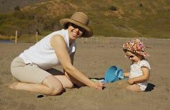 Mère et descendant sur le bea Photo libre de droits