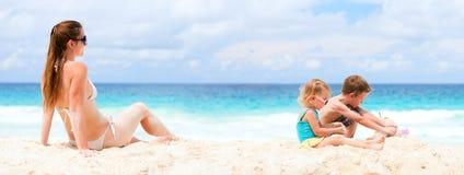 Mère et deux gosses à la plage tropicale photographie stock