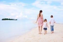 Mère et deux gosses sur la plage Image stock