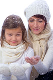 Mère et doughter dans des vêtements chauds Image libre de droits