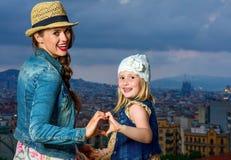 Mère et enfant à Barcelone montrant les mains en forme de coeur Photographie stock