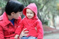 Mère et enfant à l'extérieur Image libre de droits