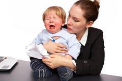 Mère et enfant à l'image 5 de série de travail Photographie stock