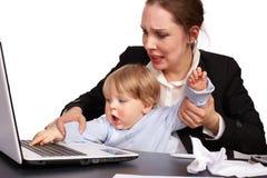 Mère et enfant à l'image 16 de série de travail Images stock