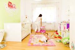 Mère et enfant à la maison photo stock