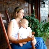 Mère et enfant à la maison Images libres de droits