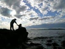 Mère et enfant à la mer Image stock