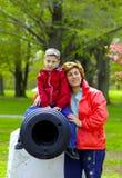 Mère et enfant au stationnement image libre de droits