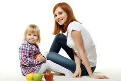 Mère et enfant avec des pommes. Photo libre de droits