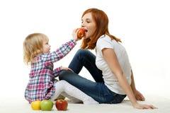 Mère et enfant avec des pommes. Photographie stock