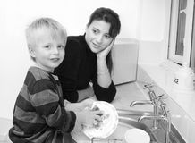 Mère et enfant dans la cuisine. image stock