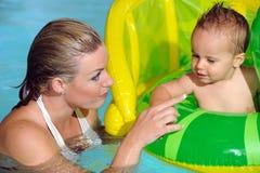 Mère et enfant dans la piscine Photographie stock