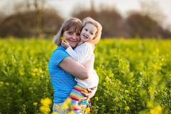 Mère et enfant dans le domaine de fleur photos libres de droits