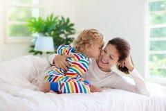 Mère et enfant dans le lit Maman et bébé à la maison photo libre de droits