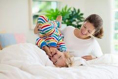 Mère et enfant dans le lit Maman et bébé à la maison photographie stock