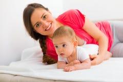 Mère et enfant de caresse photos stock