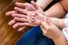 Mère et enfant de père tenant la famille de mains Photos stock