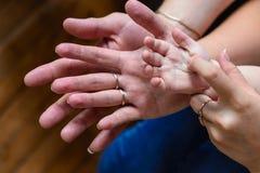 Mère et enfant de père tenant la famille de mains Image libre de droits