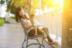 Mère et enfant des vacances image stock