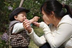 Mère et enfant en bas âge Photo libre de droits