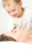 Mère et enfant en bas âge de sommeil Photo stock