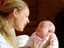 Mère et enfant en bas âge regardant dans les yeux de chacun. Photo stock
