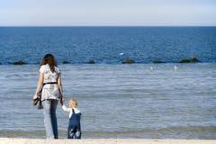 Mère et enfant en mer Photographie stock libre de droits