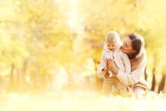 Mère et enfant en parc d'automne Photographie stock libre de droits