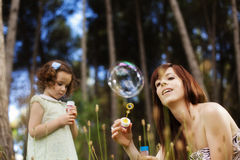 Mère et enfant espiègles Image libre de droits