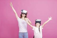 Mère et enfant jouant ainsi que des casques de réalité virtuelle photos stock