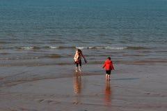 Mère et enfant jouant sur la plage Photo libre de droits