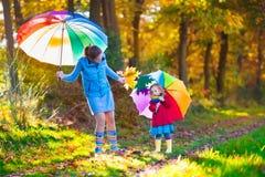 Mère et enfant marchant en parc d'automne Photographie stock libre de droits