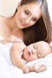 mère et enfant mignon dans le lit Photographie stock libre de droits