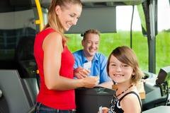 Mère et enfant montant à bord d'un bus photographie stock libre de droits