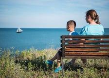 Mère et enfant regardant la mer Image libre de droits