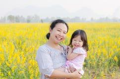 Mère et enfant souriant dans le domaine de fleur Photos libres de droits