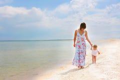 Mère et enfant sur la plage Image libre de droits