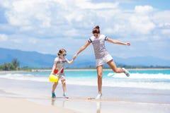 Mère et enfant sur la plage tropicale Vacances de mer Photo stock