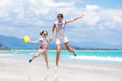 Mère et enfant sur la plage tropicale Vacances de mer Photos stock