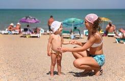 Mère et enfant sur une plage Image stock