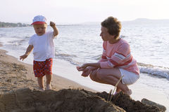 Mère et enfant sur une plage photo libre de droits