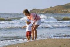 Mère et enfant sur une plage photo stock