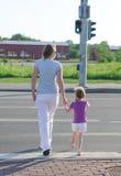 Mère et enfant traversant la route. images libres de droits
