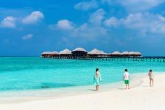 Mère et enfants à la plage tropicale photographie stock