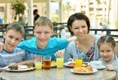 Mère et enfants au petit déjeuner Photographie stock