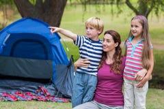 mère et enfants ayant l'amusement dans le parc Photos stock