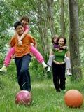 Mère et enfants dans l'amusement Image libre de droits