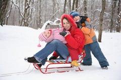 Mère et enfants dans la forêt à l'hiver photo stock